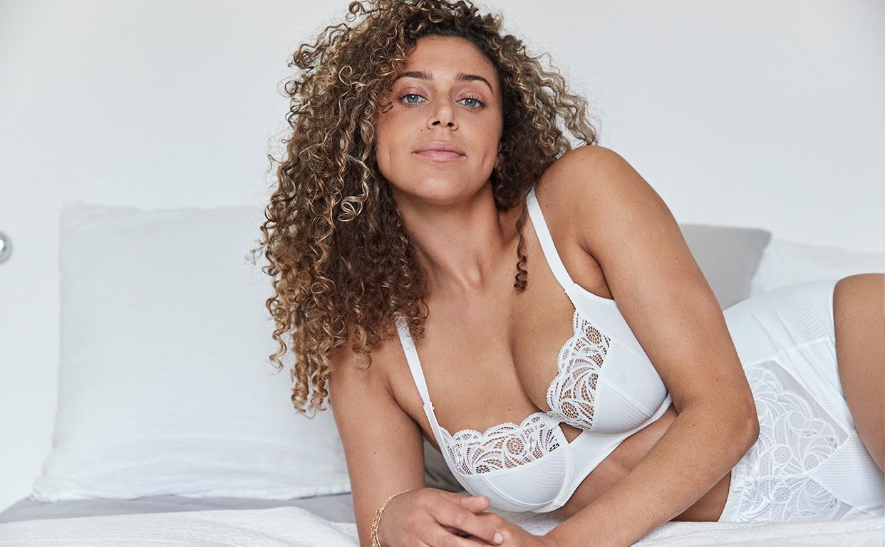 Parure lingerie séduction avec dentelle moderne pour les poitrines généreuses